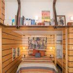 Маленькая спальня, обшитая деревом