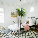 Мягкое плетеное подвесное кресло, закрепленное на потолке