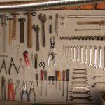 На листе фанеры есть гвоздь для каждого инструмента