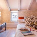 Небольшая комната с низкими потолками с правильной мебелью