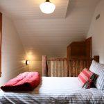 Небольшая спальня на мансардном этаже