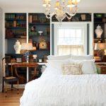 Небольшая спальня с книжным шкафом