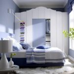 Небольшой мебельный гарнитур в сине-белых тонах