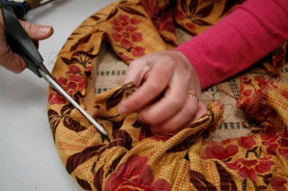 Обрезаем излишки ткани