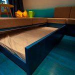 Необычное решение диван на подиуме с выездной кроватью