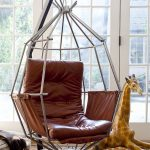 Необычный вариант подвесного кресла, собранного с помощью металлических обручей
