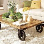 Низкий журнальный столик с большими колесами