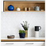 Открытые полки как часть кухонного шкафа