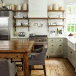 Открытые полки над кухонными тумбами
