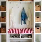Открытый белый шкаф в прихожую