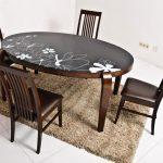 Овальный стол с необычным рисунком