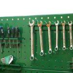 Перфорированный лист металла с навешиваемыми на него держателями