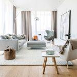 Просторная и светлая гостиная с минимумом мебели