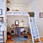 Размещение кровати-чердак и рабочего места в нише комнаты
