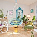 Разноцветное плетеное кресло в интерьере