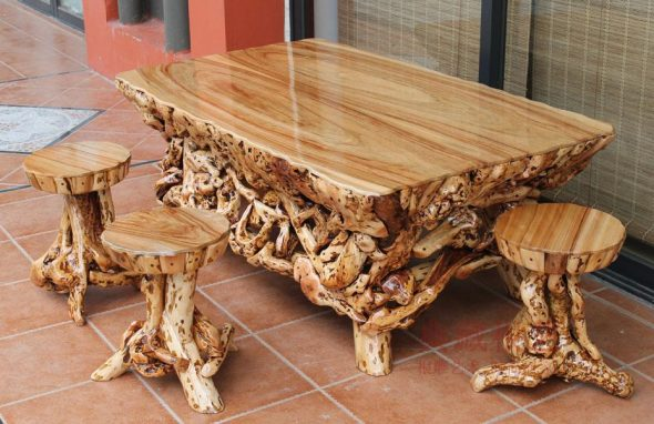 Резной стол и табуретки