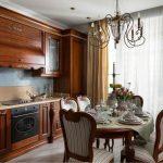 Шикарная деревянная кухня с круглым столом