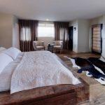 Шикарная кровать-подиум в огромной спальне