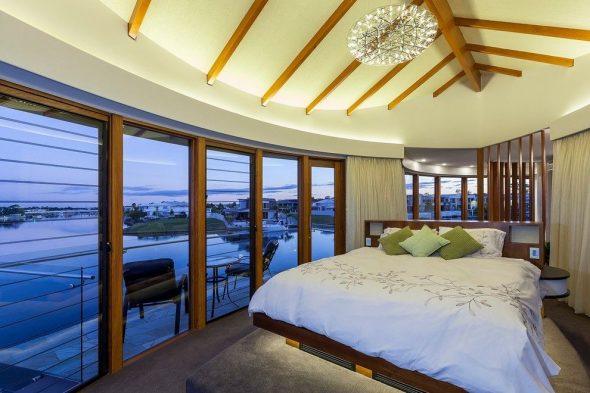 Шикарная спальня с кроватью-подиум
