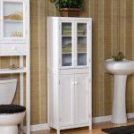 Шкафчик со стеклянными дверцами в ванную комнату