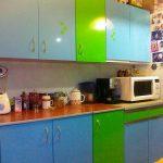 Сине-зеленая кухня с пленкой на фасадах