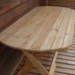 Скругленный стол из дерева на веранду