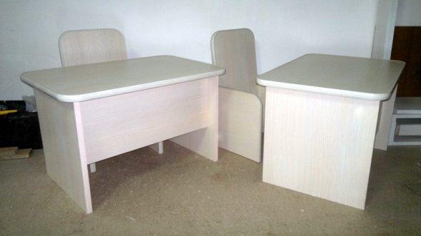 Собранные столы и стулья