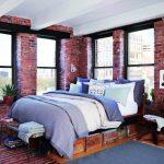 Спальня с большими окнами с кроватью, изготовленной своими руками