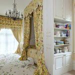 Спальня с уютной и нежной обстановкой и кроватью в нише