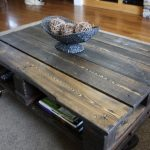stol-iz-poddonov-dlya-gostinoj