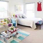 Светлая уютная спальня с кроватью и диваном