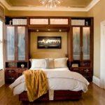 Удобный шкаф и небольшая кровать для маленькой спальни