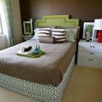 Уютная маленькая спальня в зелено-коричневых тонах