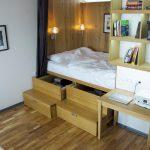 Уютная встроенная кровать со шкафом и стеллажами