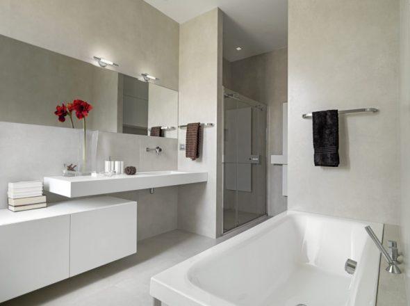 Ванная комната с белоснежной мебелью