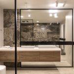 Ванная комната простой геометрической формы без лишних деталей