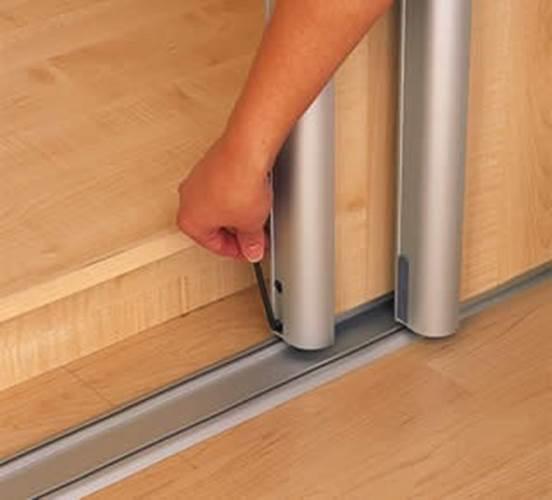Вращение ключа по или против часовой стрелки производится регулировка двери, в результате чего ее боковую сторону можно опустить или приподнять