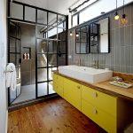 Яркая желтая тумба для ванной
