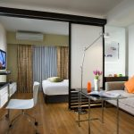 Зонирование гостиной комнаты для место отдыха, рабочее место и место для приема гостей