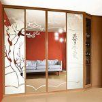 Диагональный шкаф с зеркальными дверями