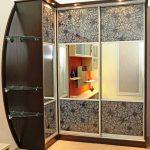 Угловой шкаф с стеклянными полками в интерьере