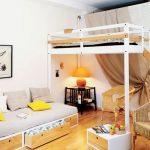 Белая металлическая кровать под потолком