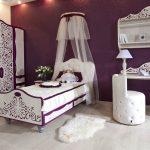 Бело-фиолетовая спальня с балдахином над кроватью