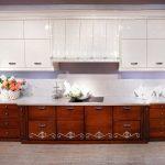 Бело-коричневый кухонный гарнитур в современном стиле
