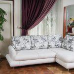 Белый угловой диван с красивыми подушками