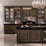 Большая просторная кухня с удобной мебелью