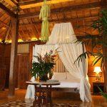 Большая спальня в тропическом стиле