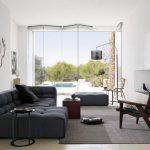 Большой диван серого цвета для светлой и просторной гостиной