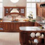 Большой кухонный гарнитур с декоративными элементами