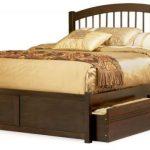Деревянная двухспальная кровать с выдвижными ящиками